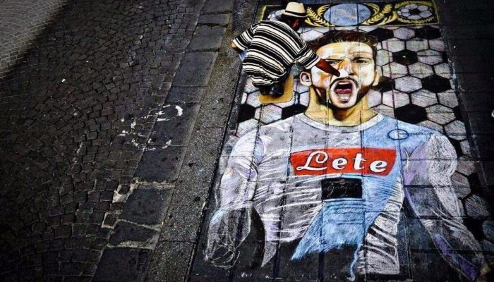 Artista di strada dipinge Mertens sui sanpietrini