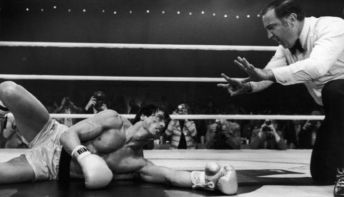 L'arbitro conta Rocky al tappeto