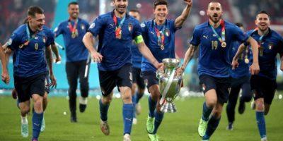 Bonucci e Chiellini con la coppa